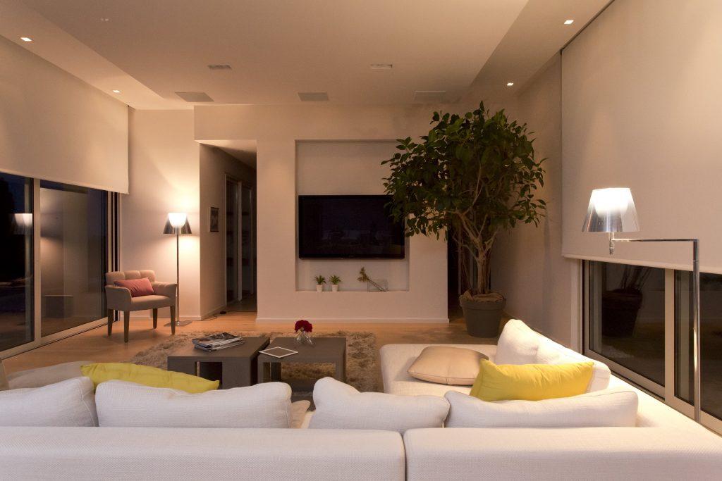Vanaf de bank je raamdecoratie, verlichting en zonwering te bedienen met je stem via Google Home.