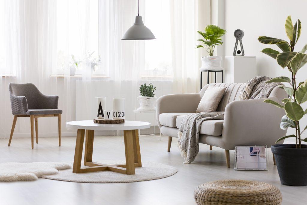 Denk bij het inrichten van een kleine woonruimte aan welke kleuren en meubels je gebruikt.