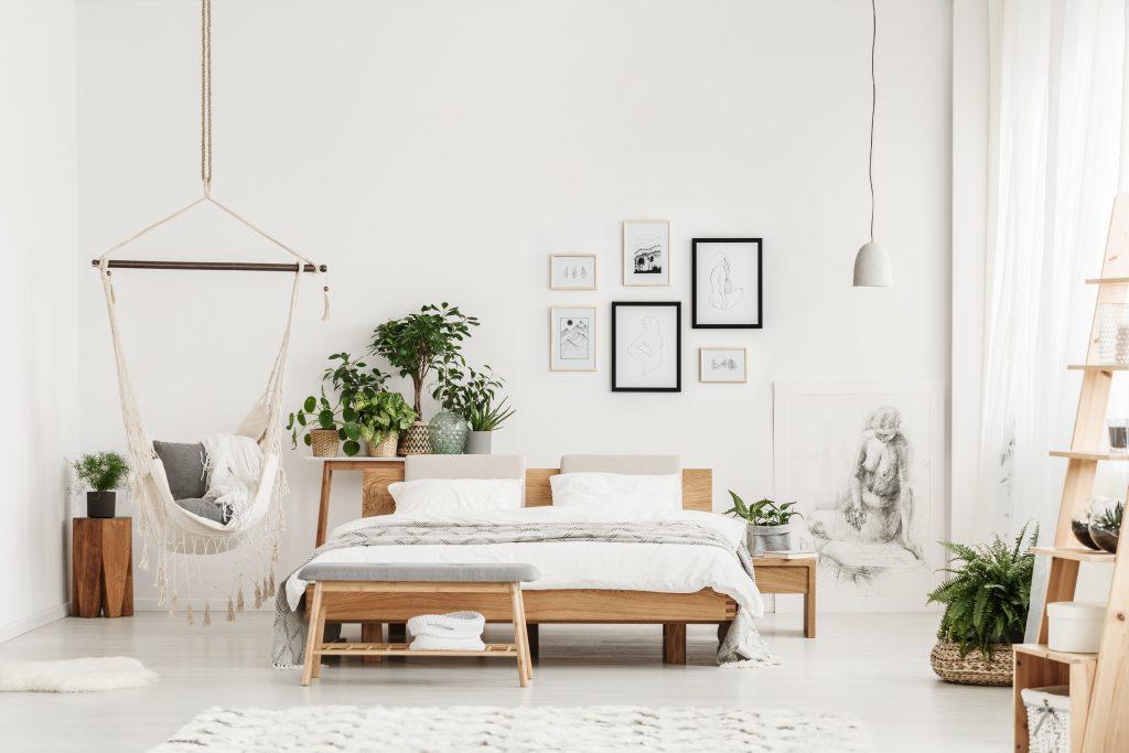 Natuurlijke materialen, prints en planten zorgen voor meer kleur en leven in huis. Ze behoren tot de woontrends van 2019
