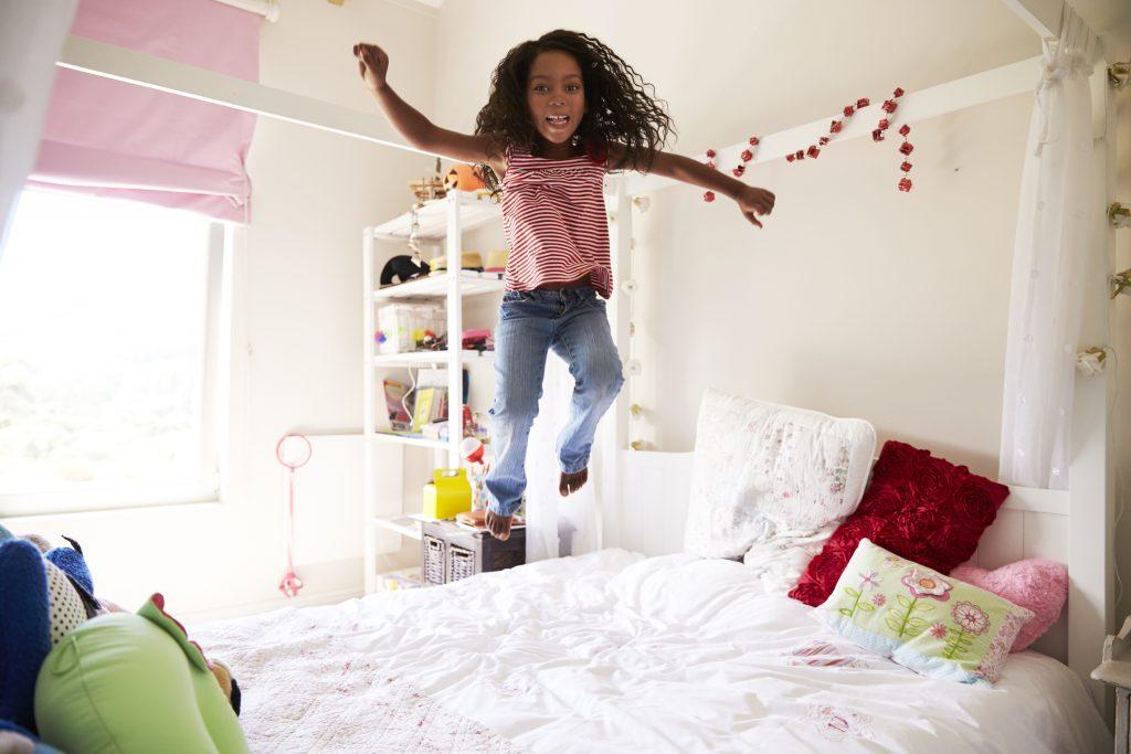 Laat kinderen onbezorgd spelen in hun kamen met kindveilige raamdecoratie.