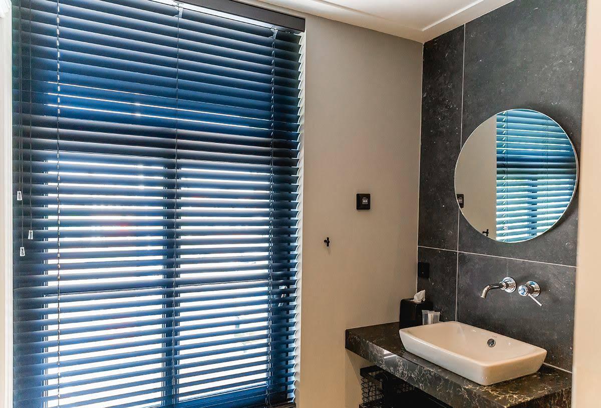 Aluminium jaloezie badkamer raamdecoratie