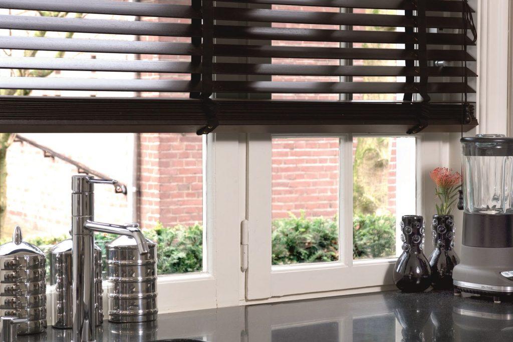 Jaloezieën raamdecoratie keuken schoonmaken